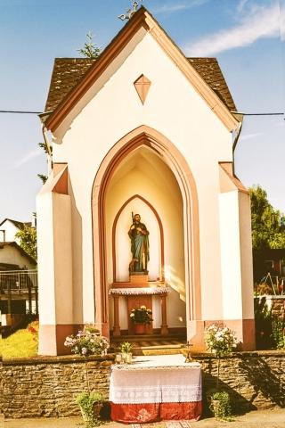 Rochus Kapelle in Bekond in dere Moselstrasse, geschmückt an Fronleichnahm.