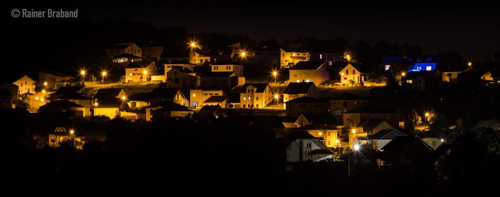 Bekond Neubaugebiet bei Nacht. Strassenbeleuchtung