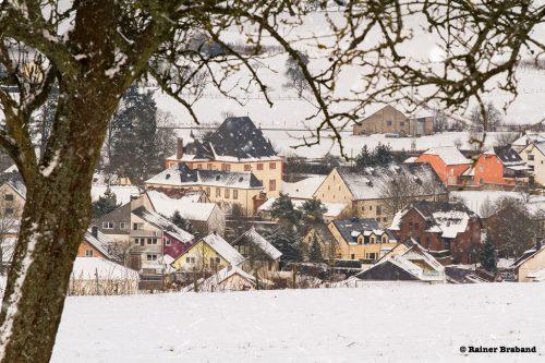 Bekond im Winter 2013. Blick auf das Schloss, Kindergarten, Feldscheune