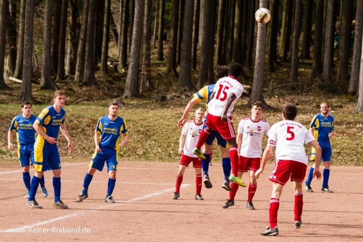 Fussballspiel SG Gusenburg gegen SV Bekond Kopfball Zweikampf