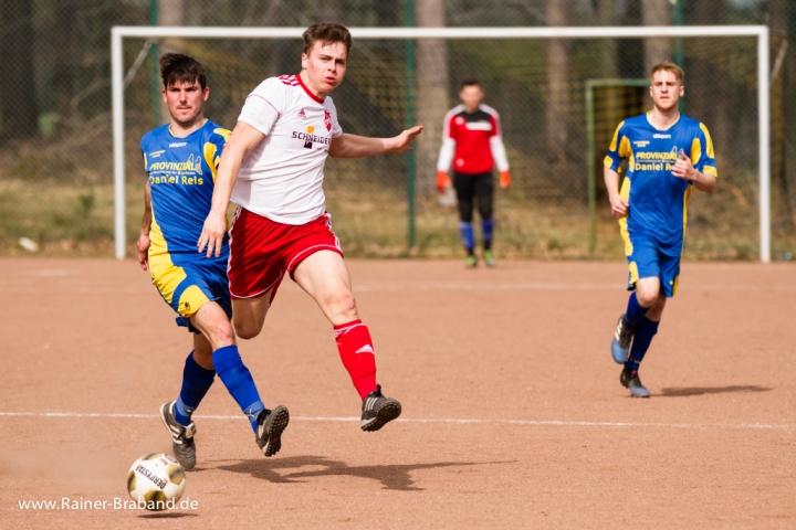 N. Schneider vom SV Bekond im Zweikampf
