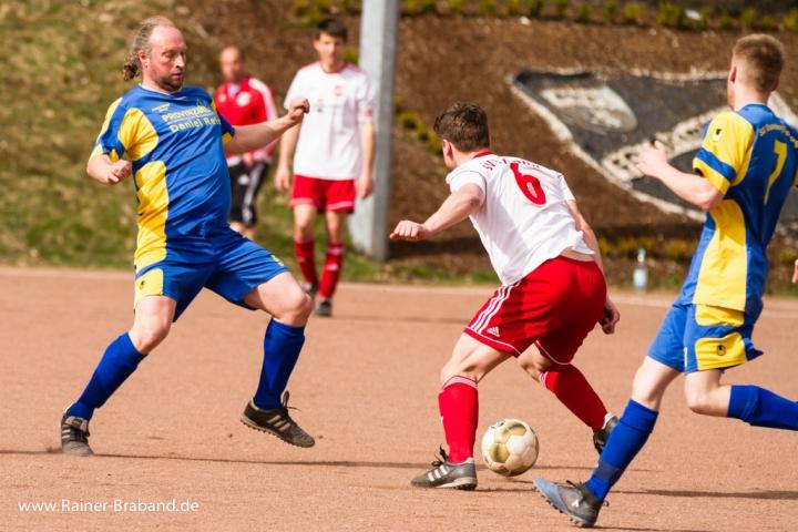 Fussballspiel SG Gusenburg gegen SV Bekond Zweikampf