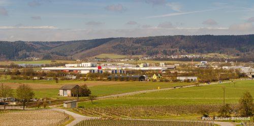 Foto wurde vom Bekonder Brauneberg aus aufgenommen, März 2018. Blick auf das Gewerbegebiet Bekond, Industriepark und Flugplatz Trier-Föhren