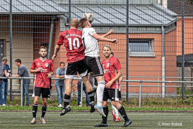 Fussball-SV Bekond gegen SG Riol Spielszene Kopfball